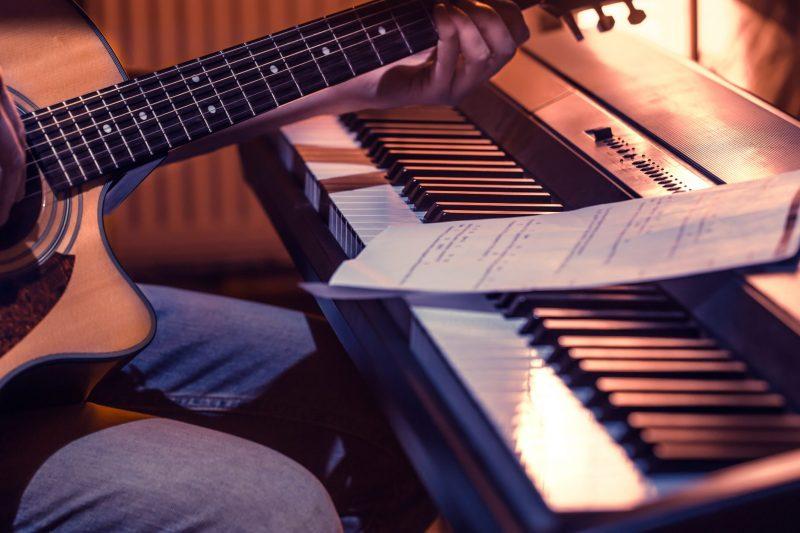 Aprenda a tocar teclado na escola M-ARTS